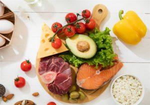 Imagem de uma mesa com alimentos sobrepostos